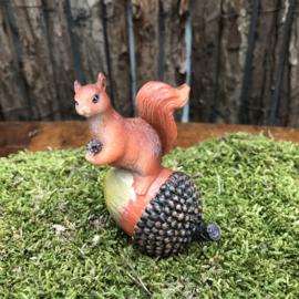 Polyester eekhoorntje op eikel