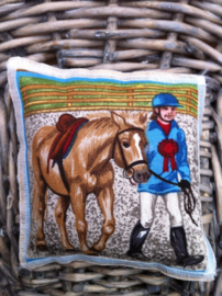 Lavendelsachet ruiter lopend met paard