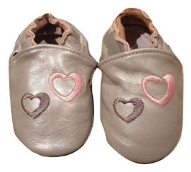 Zilveren leren slofjes met hartjes