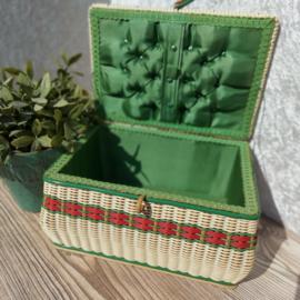 Vintage  naaimand/box met deksel van gevlochten pitriet icm plastic