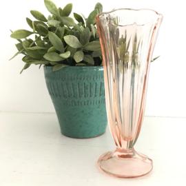 Vintage glazen vaasje zacht roze, geperst glas uit jaren '50, nr. 16
