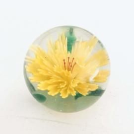 Vintage glazen bol/ presse papier met gele bloem erin