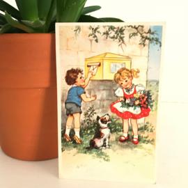 Vintage ansichtkaart uit de jaren '60; Jongen kust en meisje bij brievenbus