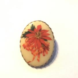 Vintage shawl clip kunststof in metalen kastje met sierlijke rand bloemen