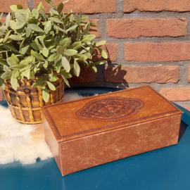 Vintage bruin lederen/kartonnen doos met ingeperst dessin