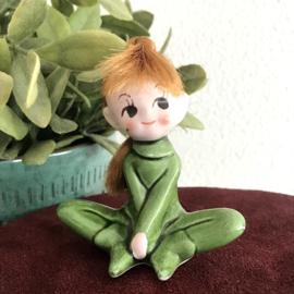 Vintage keramiek beeldje meisje in groen pakje/ rood haar, '70's