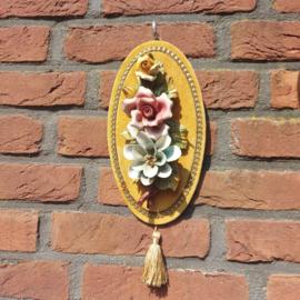 Vintage  fluwelen wandhanger met 'Capodimonte 'porseleinen rozen nr. 2