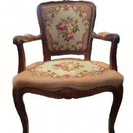 Vintage stoeltje met geborduurde bekleding