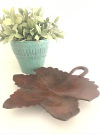 Vintage metalen schaal in de vorm van een esdoornblad