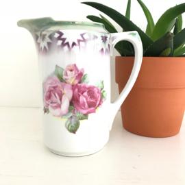 Vintage kan met rozen en prachtige olie-achtige glans