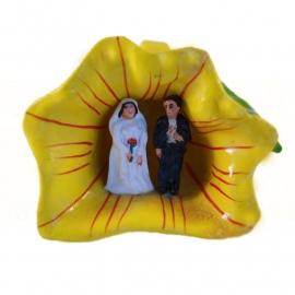 Bruidspaar in bloemkelk geel
