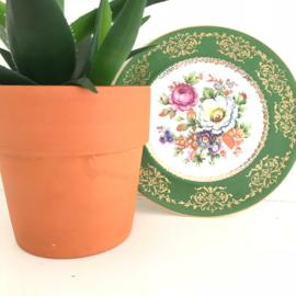 Bord bloemen met groene rand en gouden accent