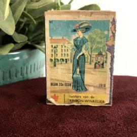 """Vintage lucifer doosje """"de Kroon Winkelier"""", afbeelding dame in kleding 1910"""