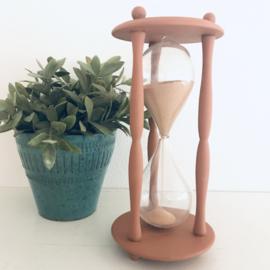 Vintage zandloper  gerestyled in een terracotta kleur