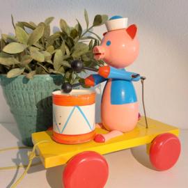 """Vintage houten Sovjet """"pull toy"""", Varken speelt op trommel"""