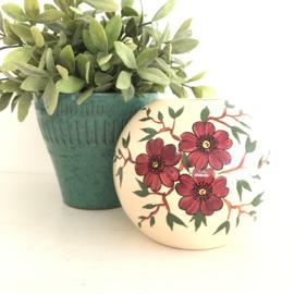 Vintage (bol)vaas créme met aubergine bloemen en takjes