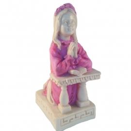 Lief beeldje biddend meisje