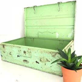 Vintage metalen kist  in prachtige kleur groen