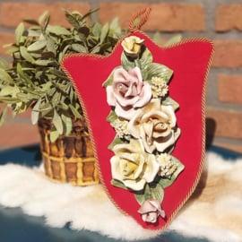 Vintage  fluwelen wandhanger met 'Capodimonte 'porseleinen rozen