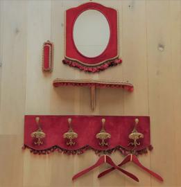 Vintage planchet met rood fluweel en kwastjes