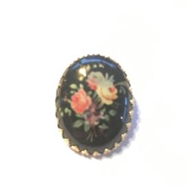 Vintage broche kunststof in metalen kastje met sierlijke rand bloemen