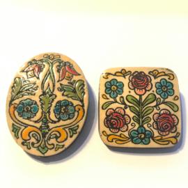 Vintage broche, handgemaakt, kunststof met bloemen vierkant/ ovaal
