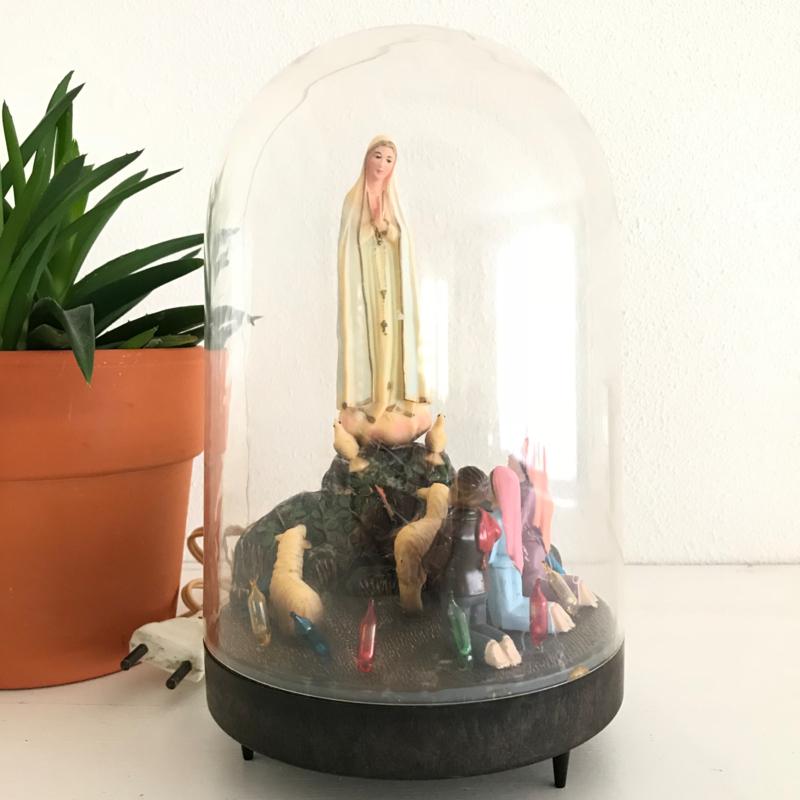 """Stolp met tafereeltje """"verschijning van Maria in Fatima"""", mét licht"""