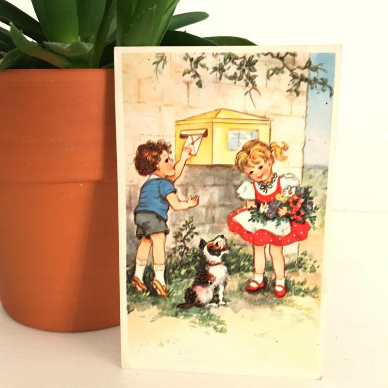Ansichtkaart uit de jaren '60; Jongen kust en meisje bij brievenbus