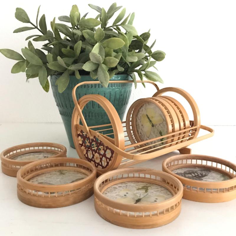 Wonderbaar Vintage bamboe onderzetters met échte vlinders in rekje   Vintage NL-15