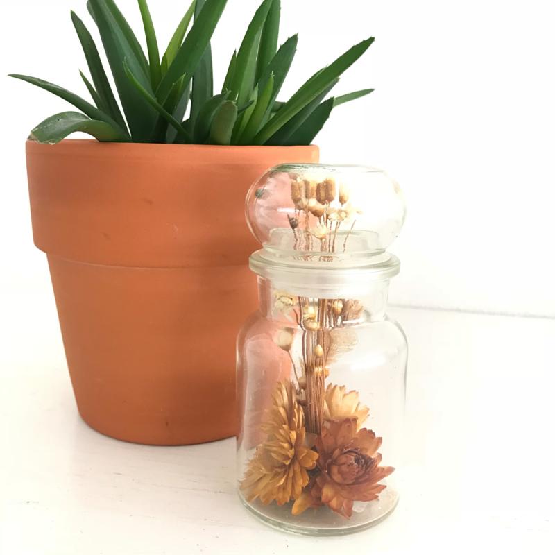 Vintage stopfles/pot glas uit de 70's met droogbloemen, 12 cm