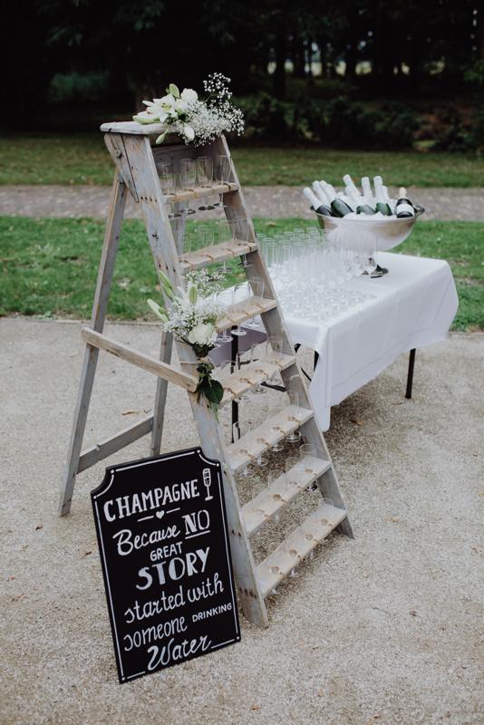 Te huur: Champagne trap inclusief glazen €25,-