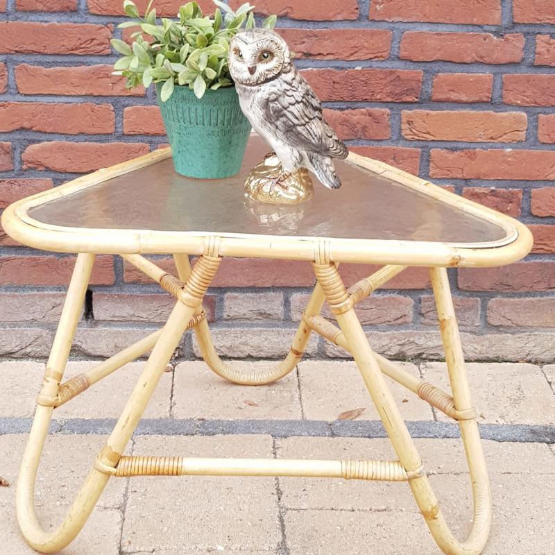 Vintage bamboe/  rotan tafeltje met glazen blad driehoek