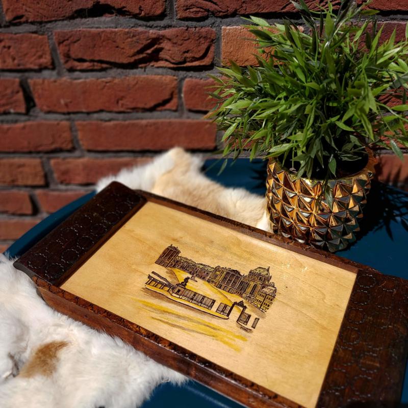 Vintage houten dienblad met glas waaronder een kunstwerkje verscholen gaat