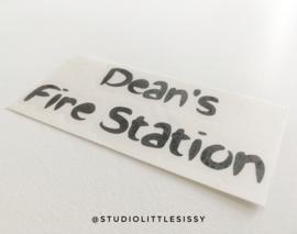 Brandweerkazerne | Naamsticker | brush font