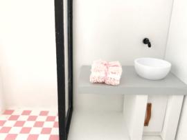 Badkamer | stapeltje handdoeken | roze & wit
