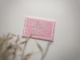 Woonkamer   Be our guest deurmat   roze