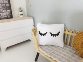 Textiel | slaapkamer | Kussentje  | 4 x 5 cm | wit + zwarte sleepy eyes