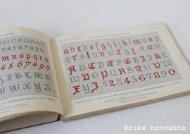 oud boekje D.M.C. met borduurpatronen