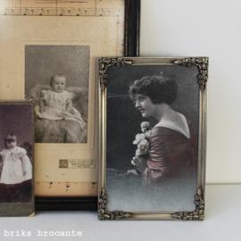 oud fotolijstje met prentbriefkaart