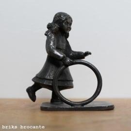 beeldje tin - meisje met hoepel