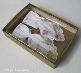 set van 2 geborduurde zakdoekjes