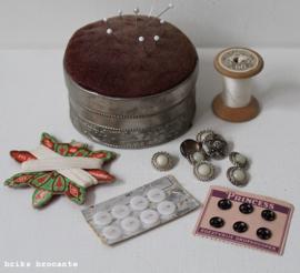 oud speldenkussen met fournituren