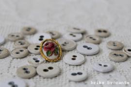 oude linnen knopen + geborduurde knoop