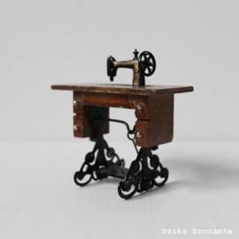 poppenhuis - trapnaaimachine Singer