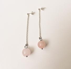 Zilveren oorbellen met kettinkje en rosekwarts edelsteen