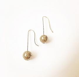Zilveren oorhaken met pyriet edelsteen