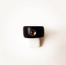 Houten ring met zilveren zetting en rookkwarts edelsteen (medium)