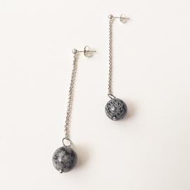 Zilveren oorbellen lang met kettinkje en obsidiaan edelsteen