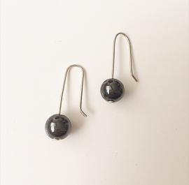 Zilveren oorhaken met hematiet edelsteen