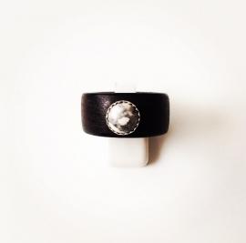 Houten ring met zilveren zetting en howliet edelsteen (groot)